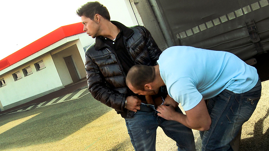 Muscle Stud Fucks Bareback outinpublic out in public places gay sex videos